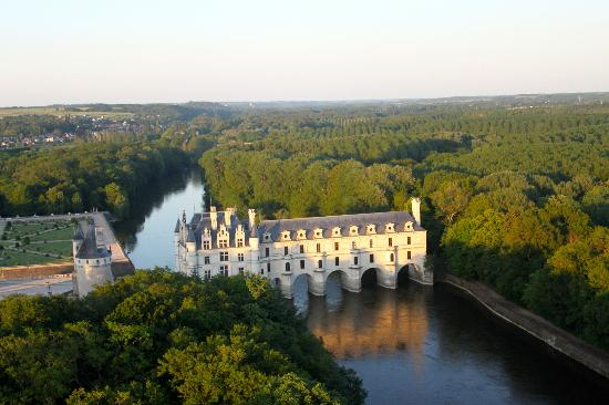 Art Montgolfieres: Chateau Chenonceau, late afternoon, from our balloon