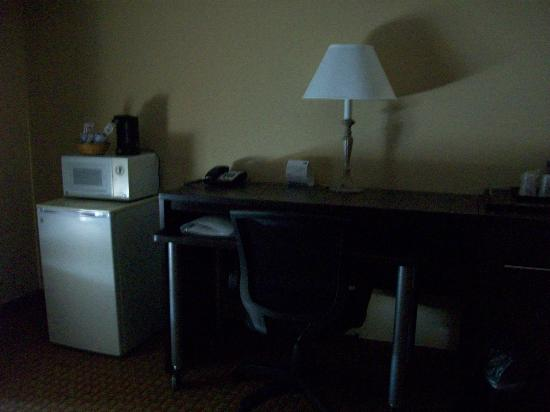 Holiday Inn Express Athens: Nice work area in the room. Also fridge and micro.