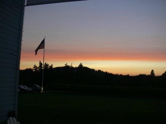 Oswego Hills Vineyard and Winery: Sunset