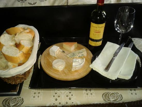 Maison de Plumes : Cheese and wine evening in our room (Ostrich room)