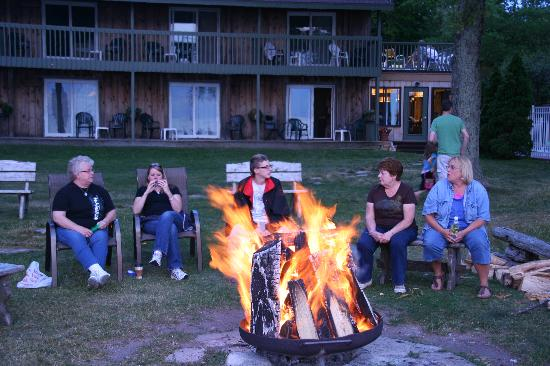 Shallows Resort: Firepit evening gathering