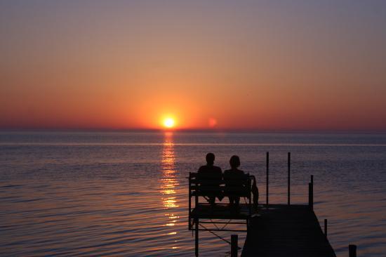 ذا شالوز ريزورت: couple sharing sunset on the pier 