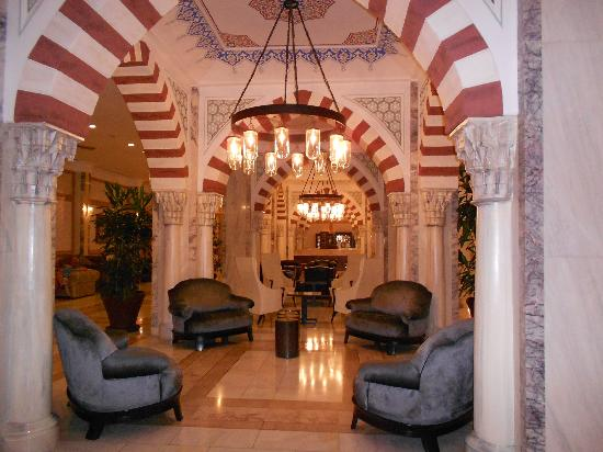 Renaissance Antalya Beach Resort & Spa: Холл в основном корпусе