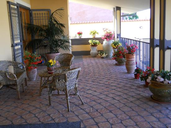 Villa Rosita: Front terrace 