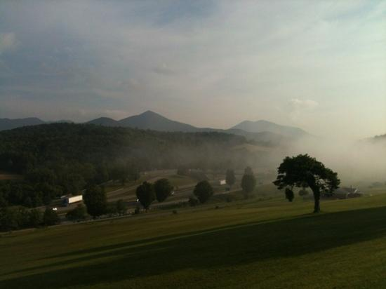 Wattstull Inn: Morning view of the mountains.