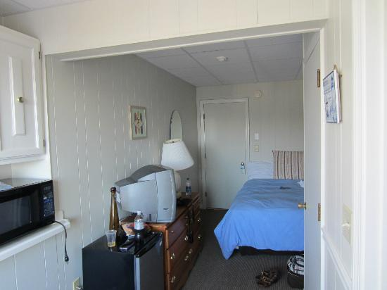 Beach View Inn: View from back of room (near window) to front door.