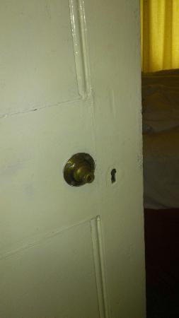 The Beeches Apartments: No doorhandles