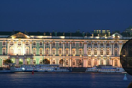Tradition Hotel: Blick auf die Eremitage, von der Petrograder Seite am Hotel