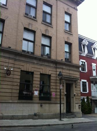 Hotel Le Saint Andre: Half block off St Catherines in heart of Montreal