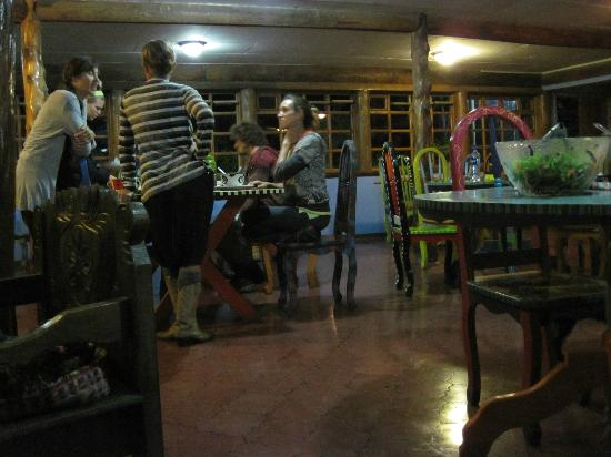La Colina Lodge: Dinner time at main living area of the lodge.