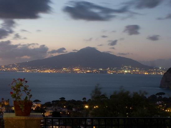 M Suites Sorrento : Vesuvius at dusk