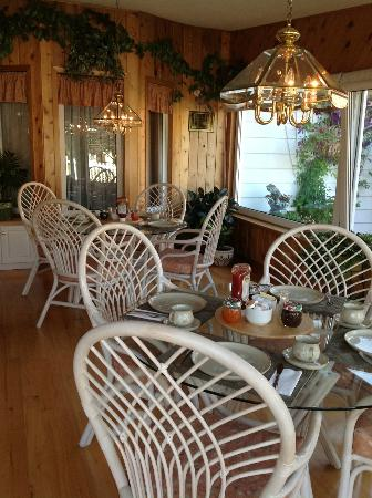 The Shady Nook : Breakfast in a sunny room