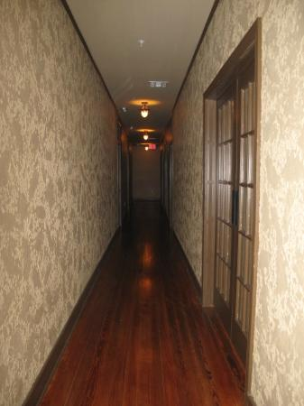 The Campbell Hotel: Hallway