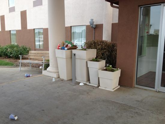 Baymont Inn & Suites Highland: Welcome to Our Overflowing Garbage