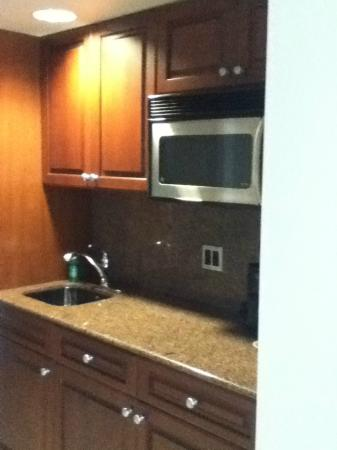 La Mer Beachfront  Inn: kitchenette area