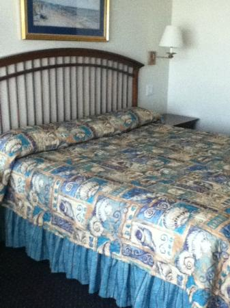 La Mer Beachfront  Inn: King size bed