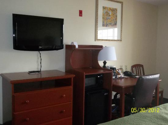 Country Inn & Suites By Carlson, Marion : flat screen, frig, desk and chair