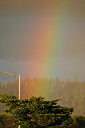 Oceanfront Lodge: Rainbow from the parking lot