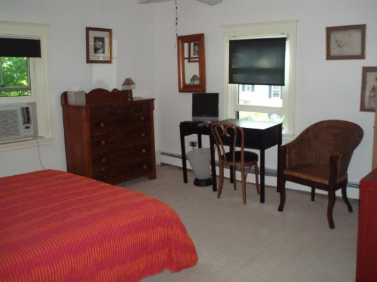 Carolyn's Bed and Breakfast: nice large, sunny bedroom, private bath