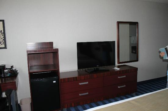 Fairfield Inn & Suites Lancaster: TV, Dresser and fridge