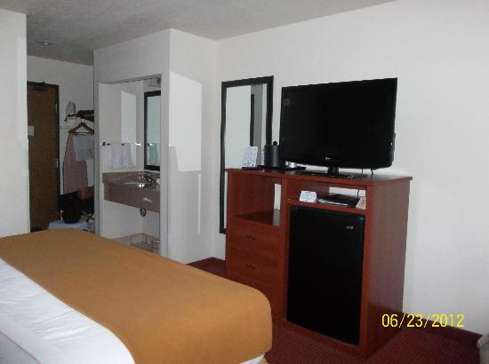 Holiday Inn Express Watertown: flatscreen tv and frig (no microwave)