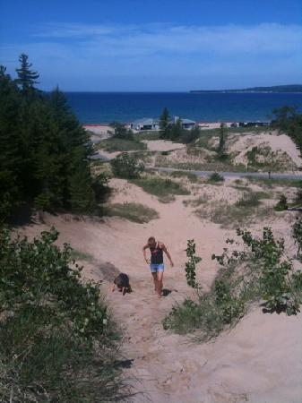 Petoskey, Мичиган: Looking down at the bay and beach from the dunes