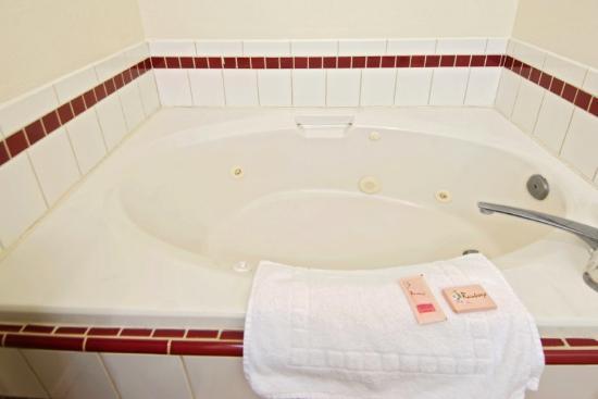 Regency Inn: Jacuzzi Bathroom