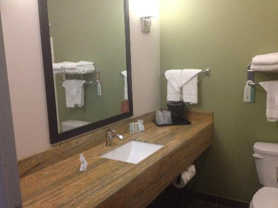 Sleep Inn & Suites: A roomy bathroom