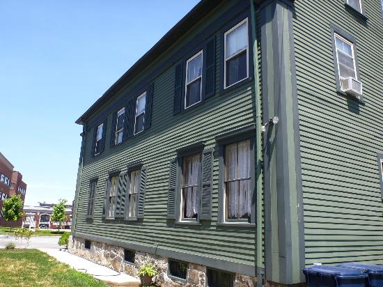 Lizzie Borden Bed and Breakfast: side of the house