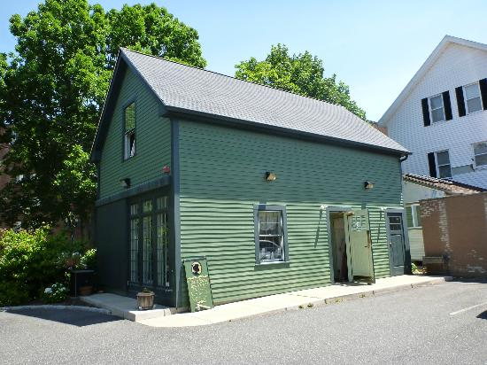 Lizzie Borden Bed and Breakfast: Barn in back of house