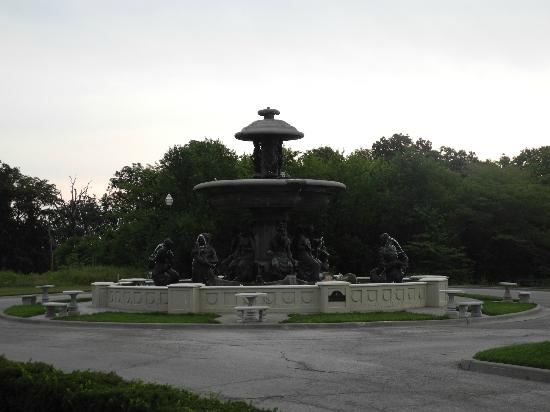Chateau Avalon: Fountain outside