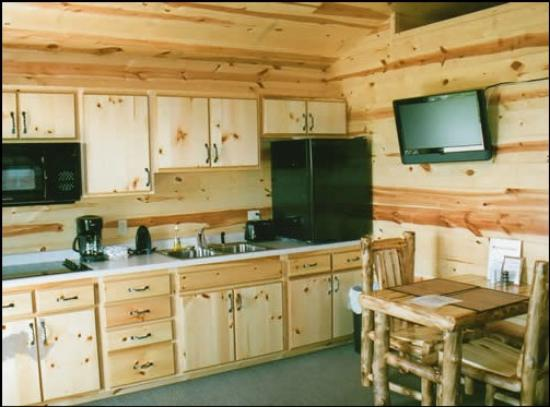 Frontier Cabins Motel: Kitchen and dining areas of the cabins