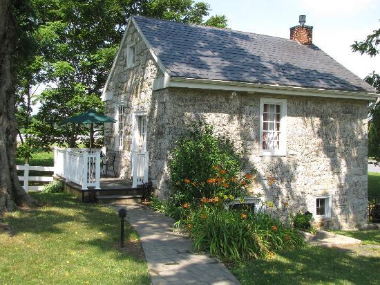Silverstone Inn & Suites: Cozy Butternut Cottage