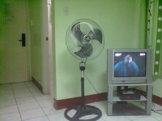 Pacific Pensionne: Fan provided for Non-AC rooms & small tv with no remote