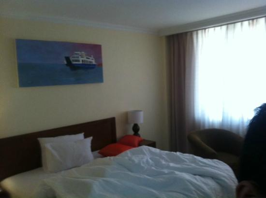 Hotel Dermaga Keluarga: painting on our room
