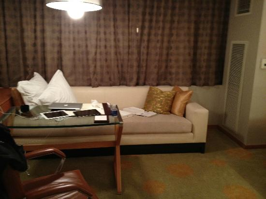 The Ritz-Carlton, Los Angeles: Lounge couch in room
