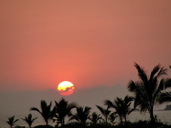 Melia Puerto Vallarta All Inclusive: Atardecer desde la playa muy cercana al hotel