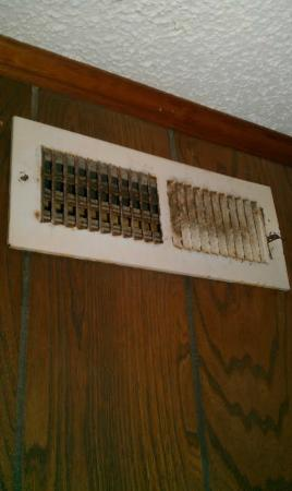 Oceaneer Motel: Vent in room