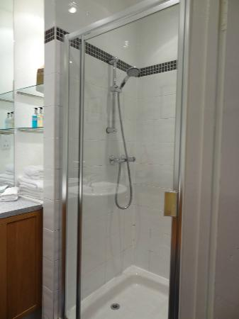 Fraoch House: Very spacious bathroom, great water pressure in the shower.