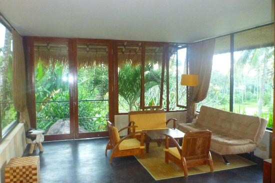 Villa Areklo: sitting area in the Jungle Lodge with balcony