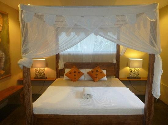 Villa Areklo: four-poster bed in the Jungle Loge