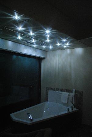 Sparkling Hill Resort: Crystal Lights on roof over tub.