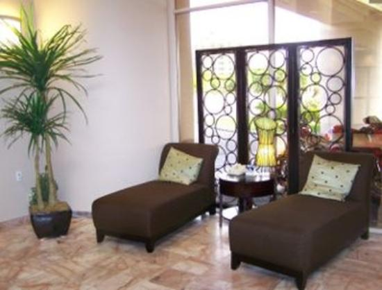 Fortune Hotel & Suites: Lobby Sitting Area
