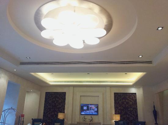 Radisson Hyderabad Hitec City : Lobby