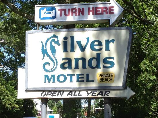 Silver Sands Motel & Beach Cottages: The sign is from the 60's. So is the everything else here.