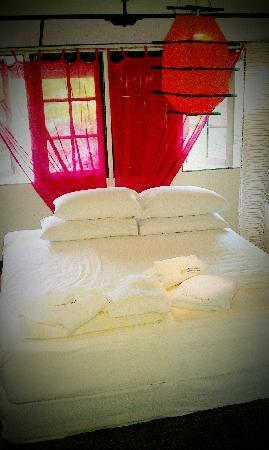 The Secret Sanctuary Boutique Cottage: king size bed