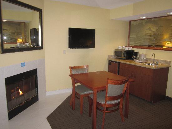 Chinook Winds Casino Resort: Living area in Jr Suite