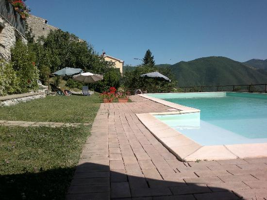 Agriturismo Roccagelli : Spazio piscina