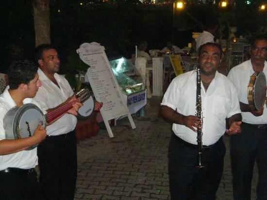 Soundwaves Restaurant: gypsy's playing some instruments.