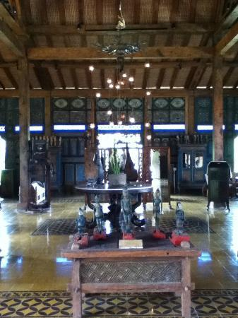 Adarapura Resort & Spa: Jadul's private antiques museum!